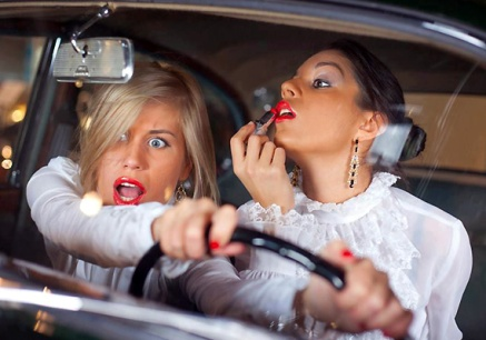 woman-putting-on-make-up-while-driving